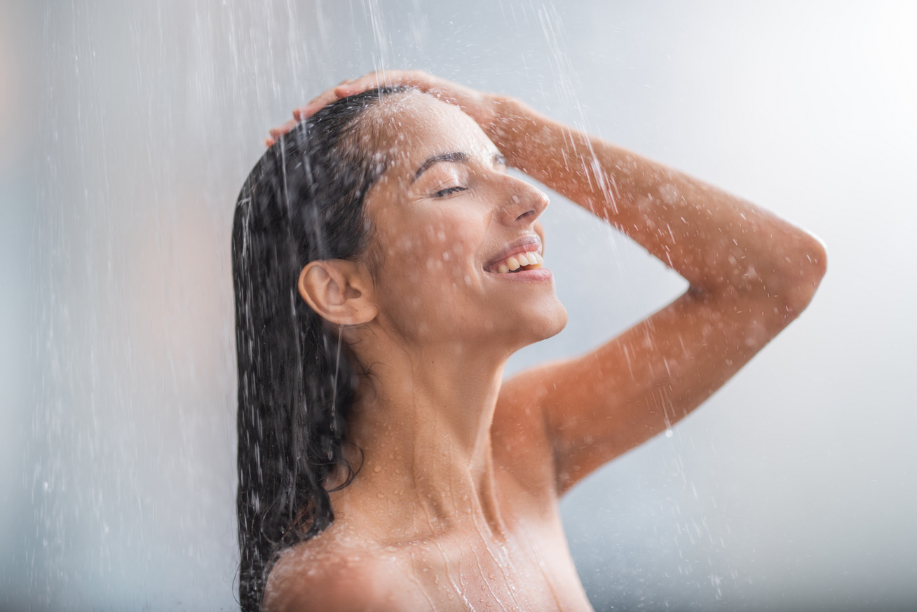 zuhanyozó nő
