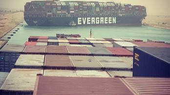 Megrekedt a Szuezi-csatornában az óriáshajó