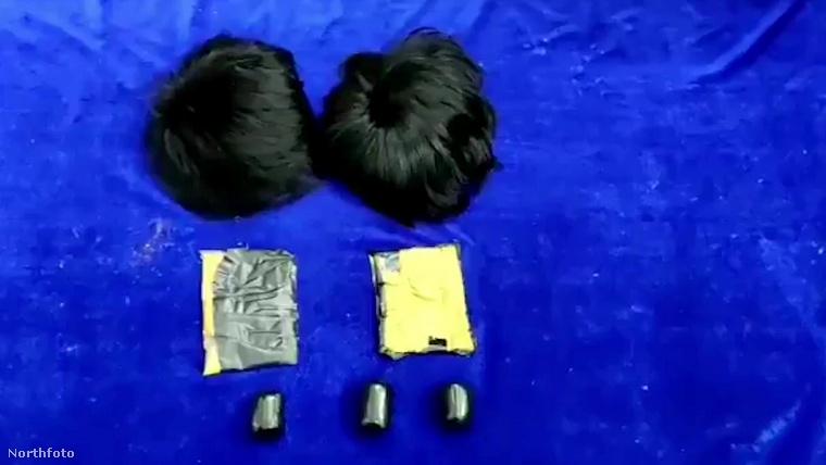 A két férfi a zoknijában is csempészett értékeket, sőt, az alsónadrágjukat is arannyal tömték ki: a fehérneműjükbe ágyéktájt és a fenékrésznél voltak belevarrva zacskók, amint az a következő videón is látszik.