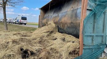 Kamionos előzés buktatta le az embercsempész traktort