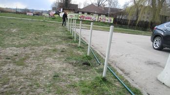 Az önkormányzat szerint pénzt szednének a kerítés építtetői Velencén