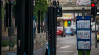 Egy percre megállt a tömegközlekedés a koronavírus áldozataira emlékezve