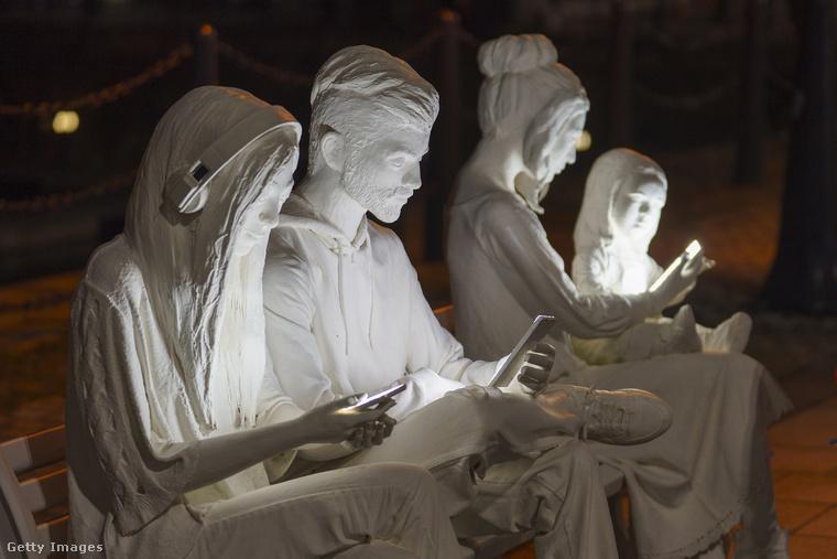 Nehéz lenne ennél élethűbb szobrot elképzelni a XXI