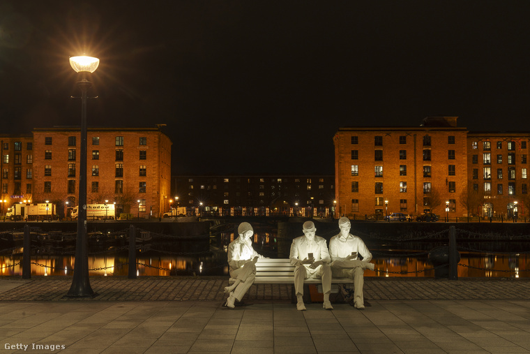 Ezeknek a mobilozó szobroknak az a címük, hogy Absorbed by Light (kb