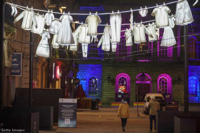 Az utcák fölé kiteregetett száradó ruhák Európa délebbi részein jellemzőek, különösen olaszos hangulatot kölcsönöz ez az installáció a liverpooli utcarészletnek.