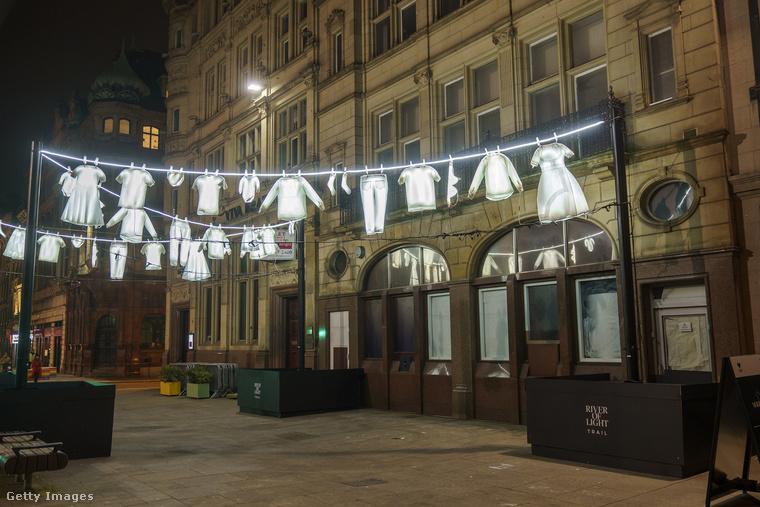 Ez az utolsó fotó, és ha ön szereti az erős szimbólumokat használó modern művészetet, kattintson ide, és részesüljön egy megrázó élményben egy Coventryben felállított angyalszobor segítségével!