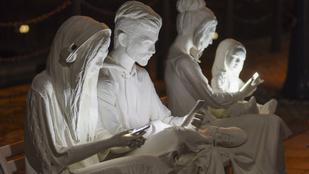 Mobilozó szobrok világítják meg Liverpool utcáit