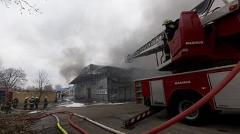 Két megye kilenc településének tűzoltói oltották az üzemcsarnoktüzet