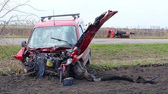 Árokba borított egy traktort egy személyautó