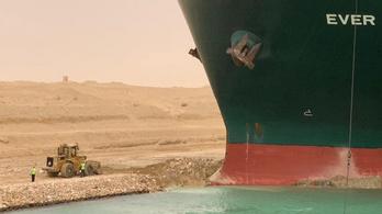 Harmadik napja áll keresztben egy hajó a Szuezi-csatornában