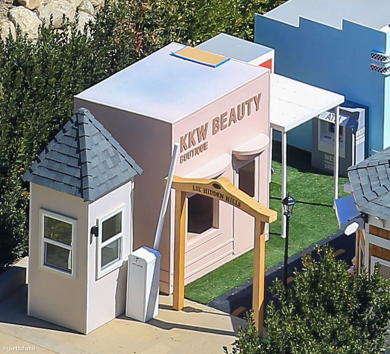 És egyik kis házikó a KKW Beauty, Kim Kardashian West szépségmárkájának egy üzletét formázza