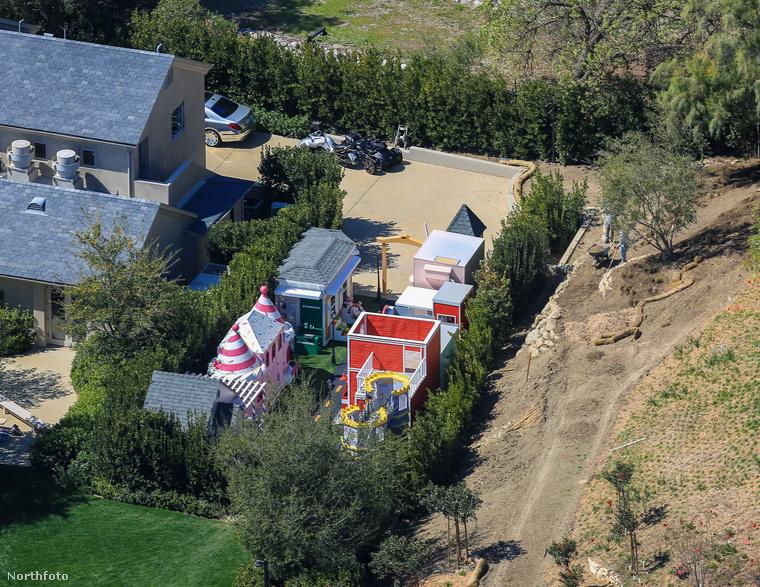 Kim Kardshian és Kanye West egykori közös otthona egyébként már csak lakberendezési szempontból is kuriózum, erről itt írtunk korábban.