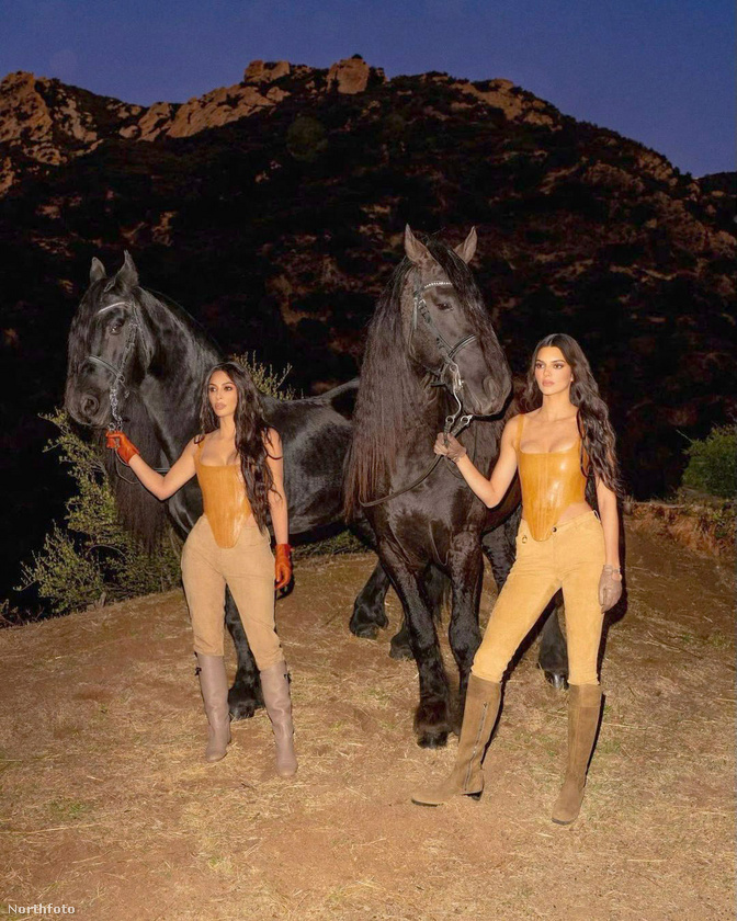 Kim Kardashian West itt éppen egy fotózáson van húgával, Kendall Jennerrel, a lovas képek Kim Kardashian új parfümjét hivatottak majd reklámozni
