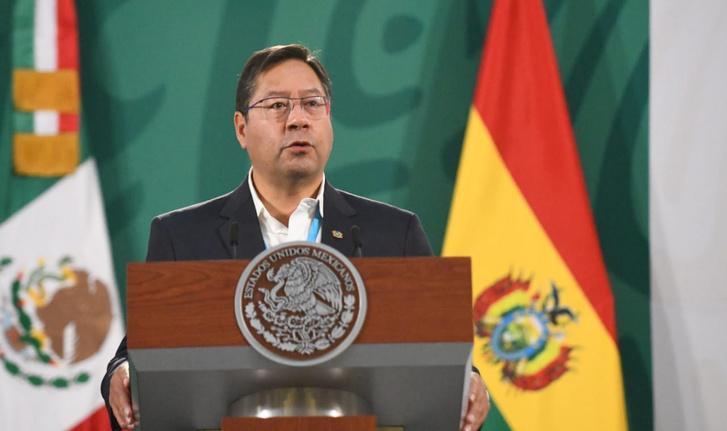 Luis Arce egy mexikói sajtótájékoztatón