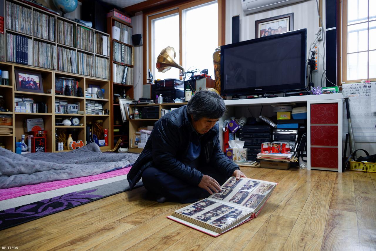 """A 66 éves Kim Si-young egy negyven évvel ezelőtti fotóalbumot mutat meg a stáb tagjainak. Egykoron Nok-szigete forgalmas halászfalu volt, nyáron a strandokon nagy volt az élet. """"Nagyon nyomasztó látni, ahogy elfogynak az emberek″ – mondta Kim Si-young. 2021. feburár 27-e."""
