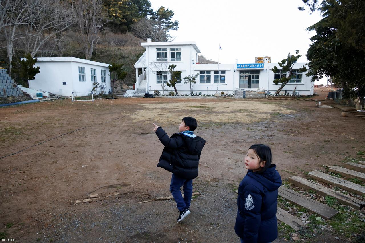 Az általános iskolát még 2006-ban zárták be, mivel értelmetlen volt fenntartani az intézményt az elnéptelenedő szigeten. Jelenleg egyetlen tanteremben zajlik oktatás. 2021. március 2-a.