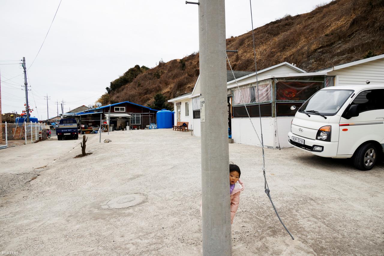 A 3 éves Lyoo Ye-hee és testvérei bújócskáznak a szigeten. A gyerekek szeretnek itt élni, a nagyvárosokkal szemben ugyanis itt tiszta a levegő és nincs forgalom. Nok-sziget, 2021. február 26-a.