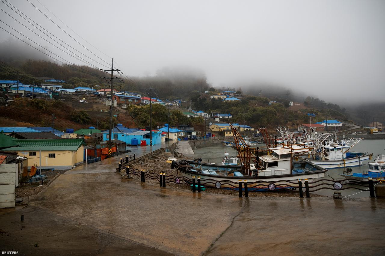 Innen indul a komp Nok-szigetre, ami 75 percet tesz meg nyugatra a Sárga-tengeren. Boryeong, 2021. március1-e.