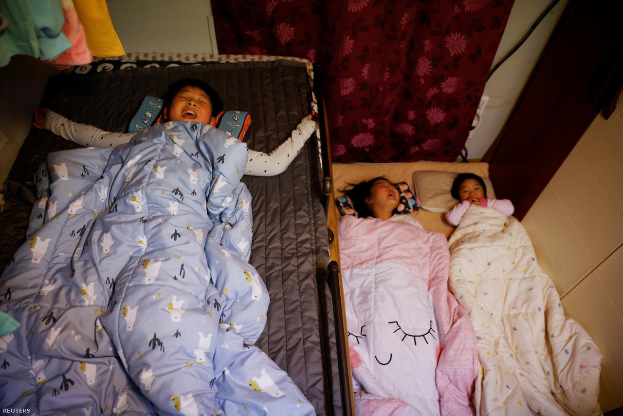 Nok-szigeten nincs gond az alvással. A legidősebb testvér, a 10 éves Chan-hee sokkal jobban szeret itt élni, a zajos és poros Szöulban nem érzi jól magát. 2021. március 1-e.