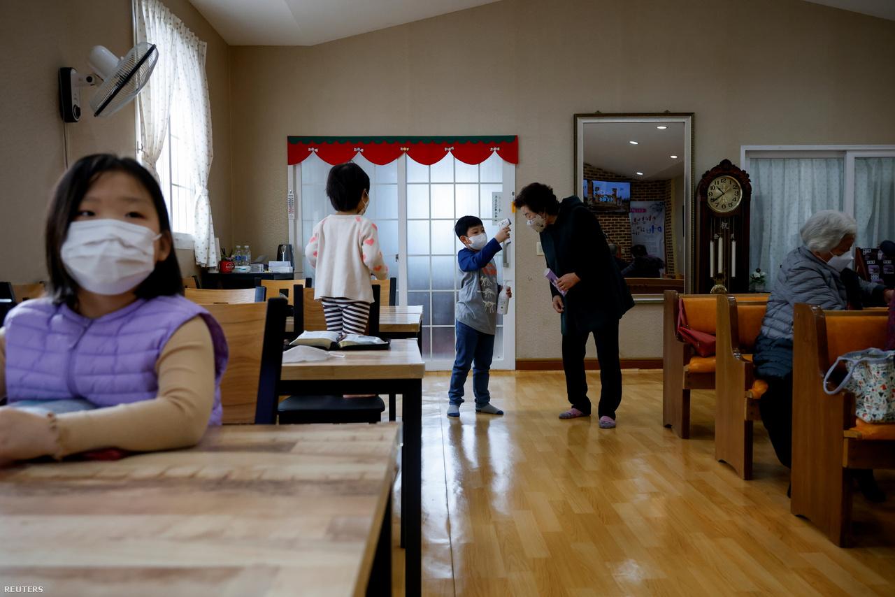 Kezdődik a vasárnapi mise, a 10 éves Lyoo Chan-hee a belépők testhőmérsékletét ellenőrzi. A járvány miatt zárt téren még a szinte lakatlan szigeten is kötelező a maszkviselés. 2021. február 26-a.