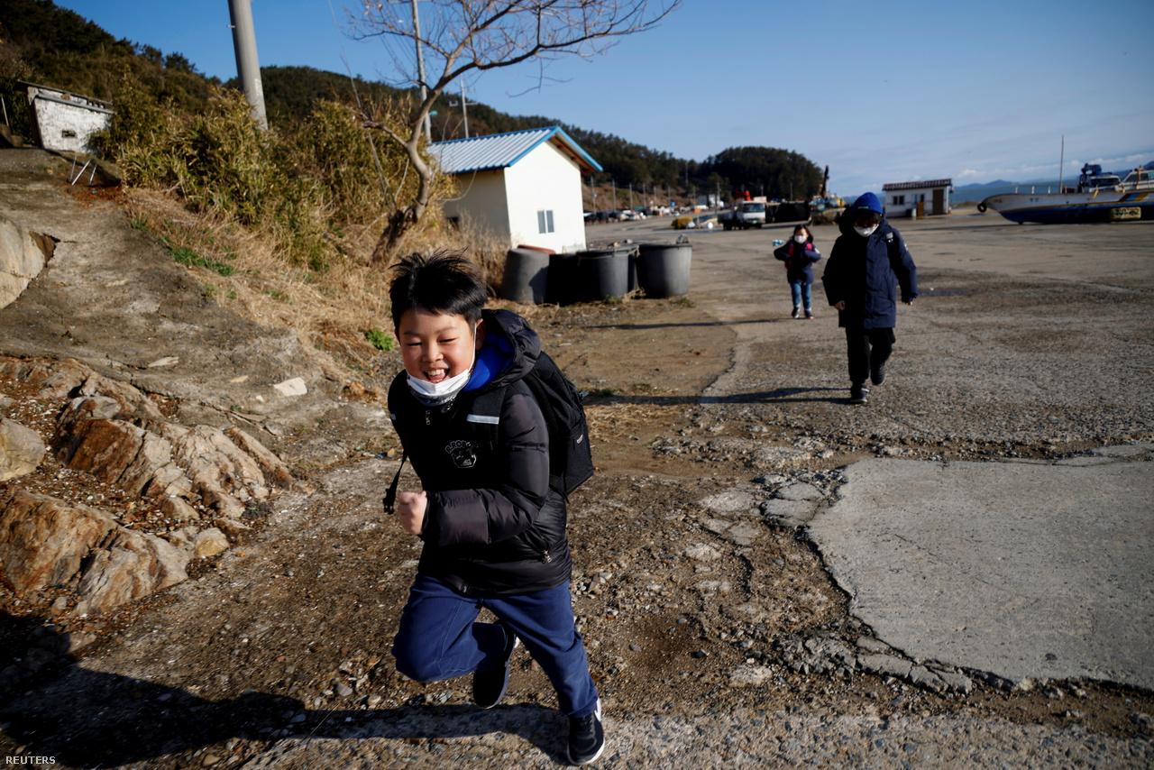 Kezdődik az oktatás Nok-szigeten, 2021. március 2-án. Az elnéptelenedő szigeten összesen három gyerek maradt, a lakosok száma pedig száz fő alá csökkent.
