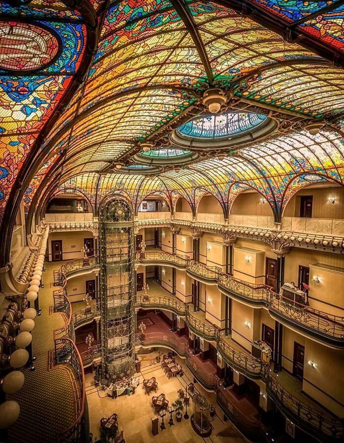 A Mexikóvárosban található Gran Hotel luxusszálloda belső kialakítása egyszerűen szemet gyönyörködtető. A különleges megjelenését 1899-ben tervezte Jacques Grüber francia építész.