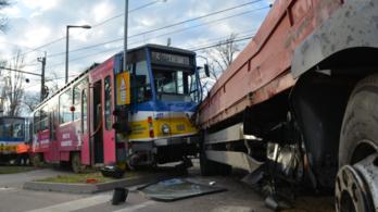 Villamossal ütközött egy teherautó Szegeden