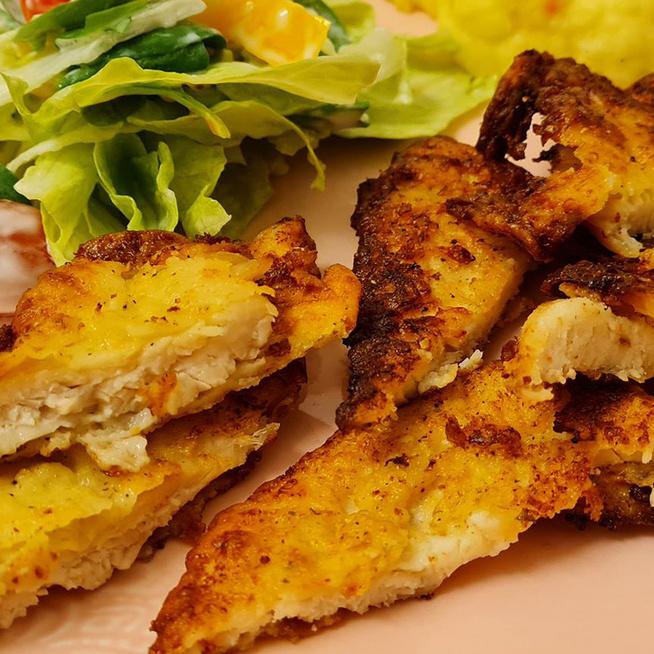 Parmezános bundában sült csirkemell: rizsliszttel készítve különlegesen finom