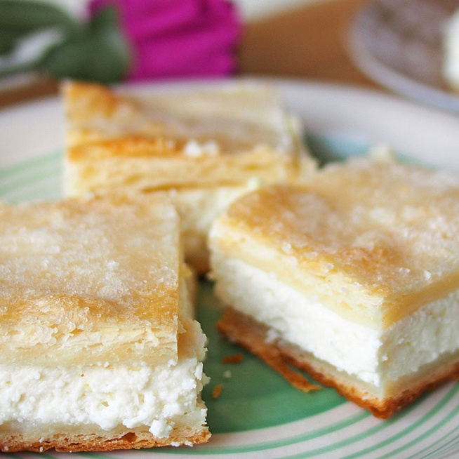 Mennyei, citromos-túrós krémmel töltött sütemény: leveles tészta az alapja
