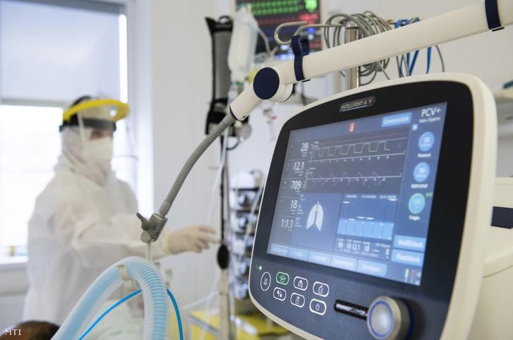 Ápoló beteget lát el a Jósa András Oktatókórház Covid-intenzív osztályán Nyíregyházán, 2020. november 25-én