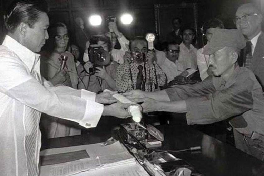 Onoda, visszatérése napján, amint átadja szamurájkardját a Fülöp-szigeteki elnöknek.