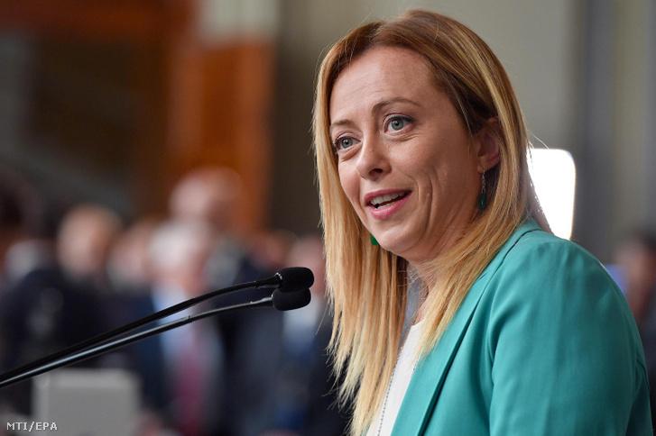 Giorgia Meloni az Olaszország Testvérei (FdI) párt vezetője sajtóértekezletet tart a római államfői rezidenciáról a Quirinale-palotából távozóban 2019. augusztus 22-én.