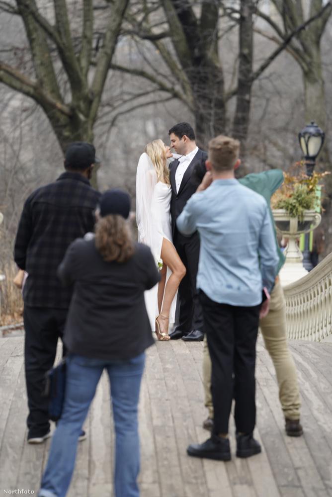 Egy New York-i pár éppen az esküvői fotózását tartotta csütörtökön a Central Parkban, amikor arra ment egy feketébe öltözött férfi