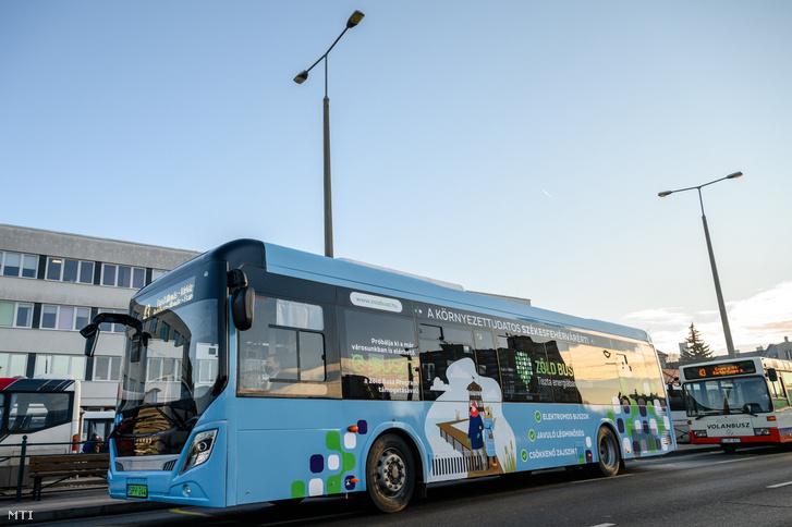 Elektromos meghajtású autóbusz a székesfehérvári Piac téren 2021. feburár 1-jén.