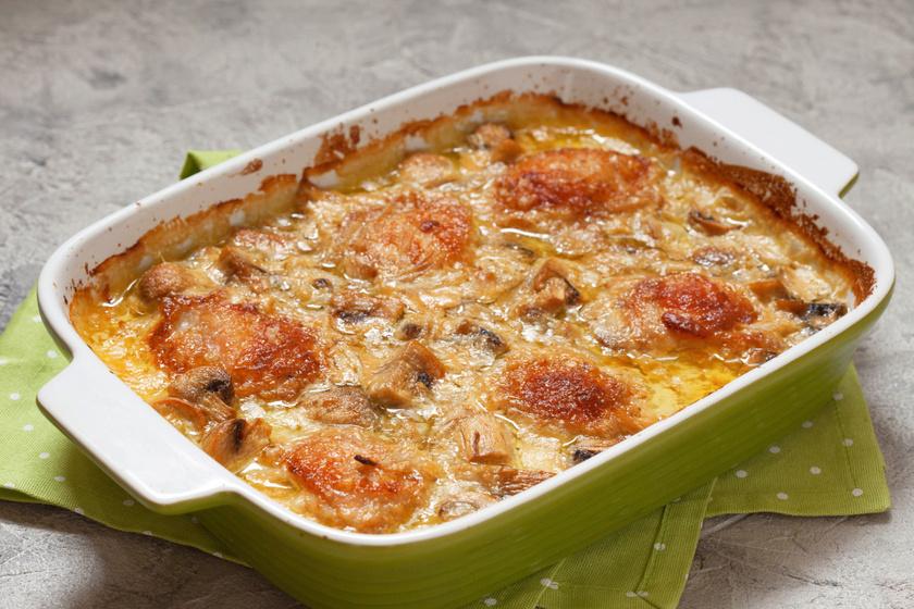 Tejfölös, gombás rakott csirke sok sajttal: laktató egytálétel a sütőből