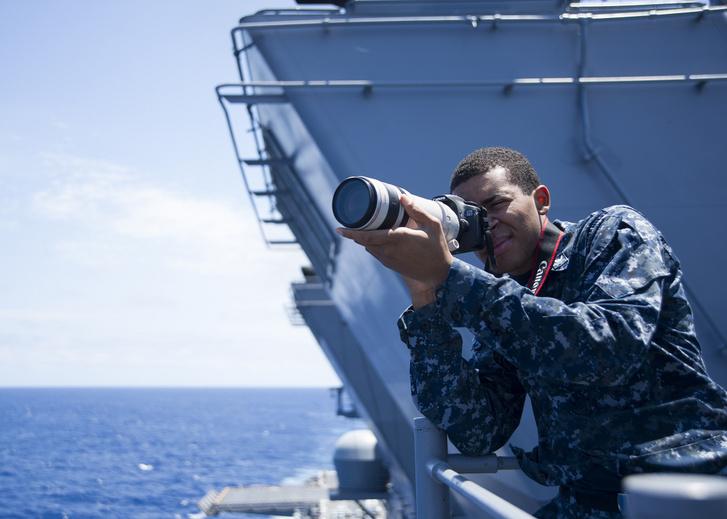 Justin Steward 3. osztályú hírszerző szakember azonosítás céljából fényképeket készít közeledő hajókról a SNOOPIE csapatának kiképzése során