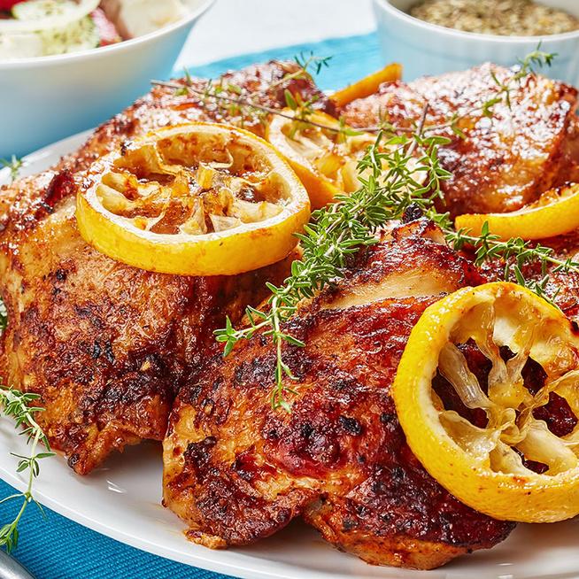 Fűszeres görög joghurtban sült csirkecombok: szaftos és ízletes lesz a hús