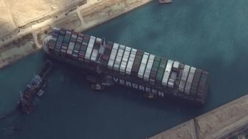 Élőállatot szállító hajók rekedtek a Szuezi-csatornánál