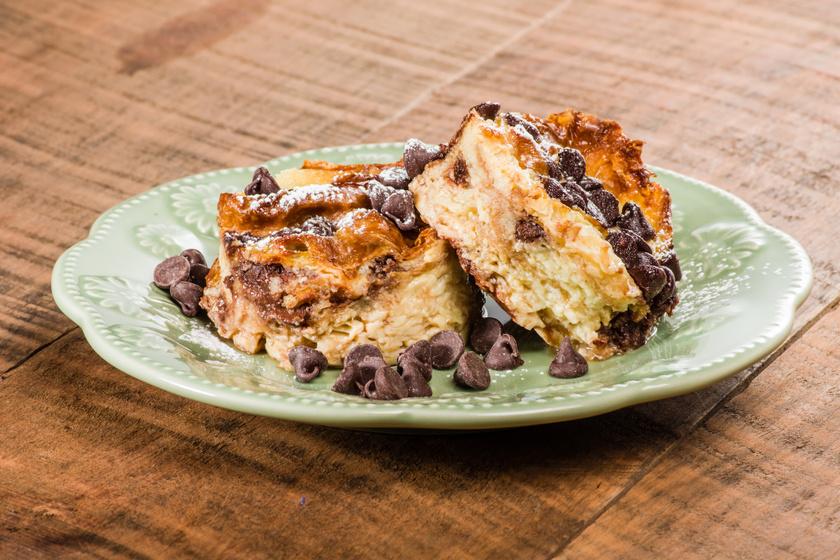 Vaníliás, csokis kalácspuding, mielőtt túlságosan kiszárad a maradék kalács