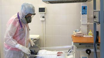 Kómában szülte meg kislányát a koronavírusos édesanya