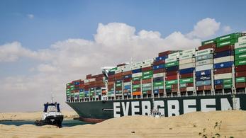 Milliárdokban mérhető károkat okoz a megfeneklett hajó