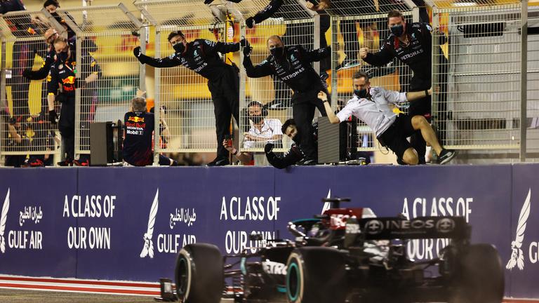 """Hamilton nyerte a Bahreini """"taktikai"""" Nagydíjat"""
