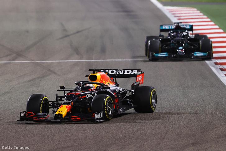 Max Verstappen és Lewis Hamilton nagy csatát vívott