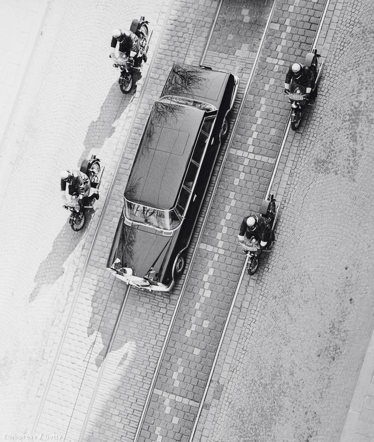 Motorosok védik Tito fekete limuzinját az 1967-es ausztriai látogatásán. Az elnök gyűjtötte a luxusautókat, amik közül soknak máig nem rendezett a sorsa.