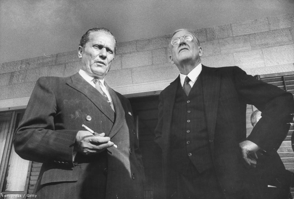 """1955-ben John Foster Dulles amerikai külügyminiszterrel tárgyal Kelet-Európa és a Szovjetunió viszonyáról.A szovjet vezetők és kelet-európai csatlósaik az ötvenes években az """"imperialisták láncos kutyájának"""" nevezték Titót, mivel ő olyan szocialista rendszert akart, ami nem függ teljes mértékben Moszkvától. Sztálin több merényletet is megkísérelt ellene, Rákosi Mátyás pedig Titót használta fel ürügyül arra, hogy pártbeli riválisait koncepciós perekkel félreállítsa (pl. Rajkot és Kádárt), ráadásul a jugoszláv agressziótól rettegve az 50-es évek elején elszórt 7 milliárd forintot 1500 betonból, fából és téglából összedobott lőállásra, harcállásra és tankcsapdára. Ettől függetlenül Tito tekintélye keleten és nyugaton is nőtt."""