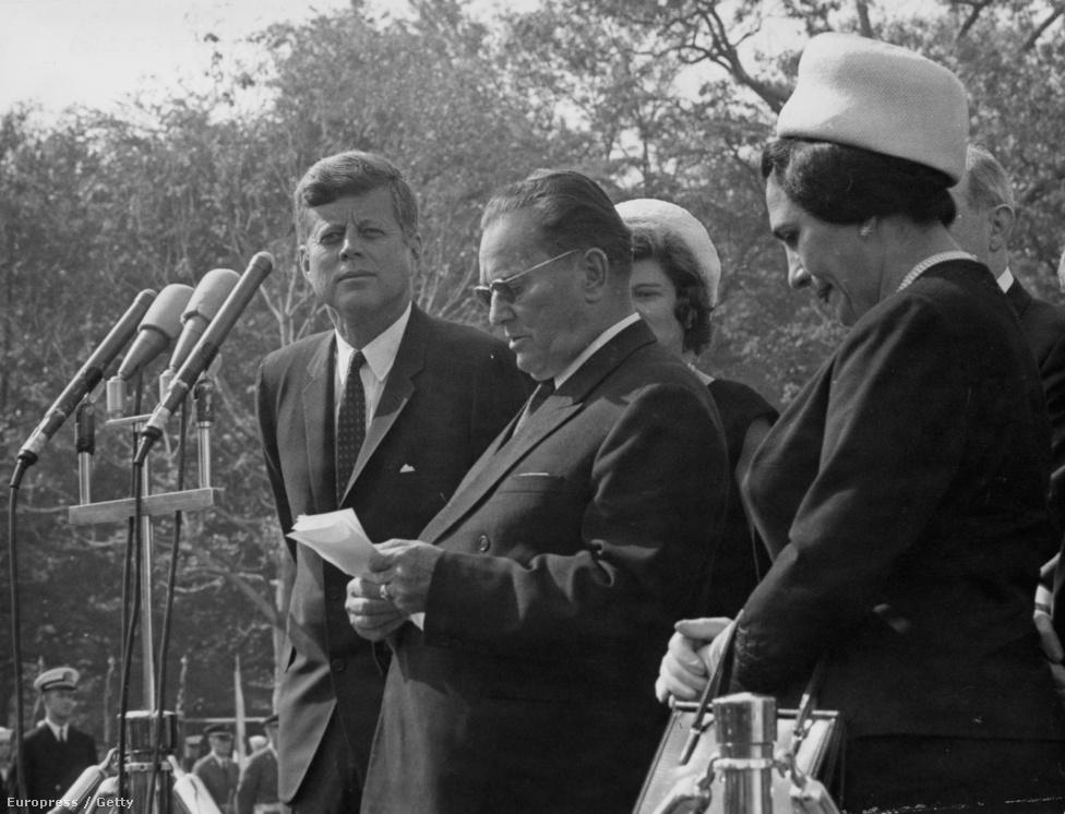 1963. október 21-én John F. Kennedy hallgatja és tesz úgy, mintha figyelne a Fehér Házba látogató Tito beszédét. A jugoszláv elnök mellett ott van az utolsó, legismertebb felesége, a nála 32 évvel fiatalabb Jovanka, aki nemrég mesélt a férjéről. Tito igazi jugoszláv Casanova volt: az életrajzírói négy feleség mellett rengeteg szeretőjéről és 17 gyerekéről tudnak.