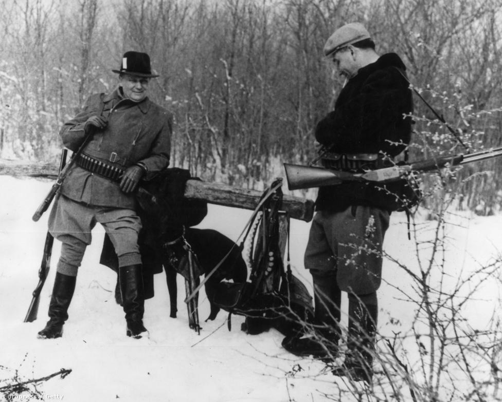 Tito és Aleksandar Rankovic 1957- január 31-én vadászat előtt a szerbiai Bélamajorban