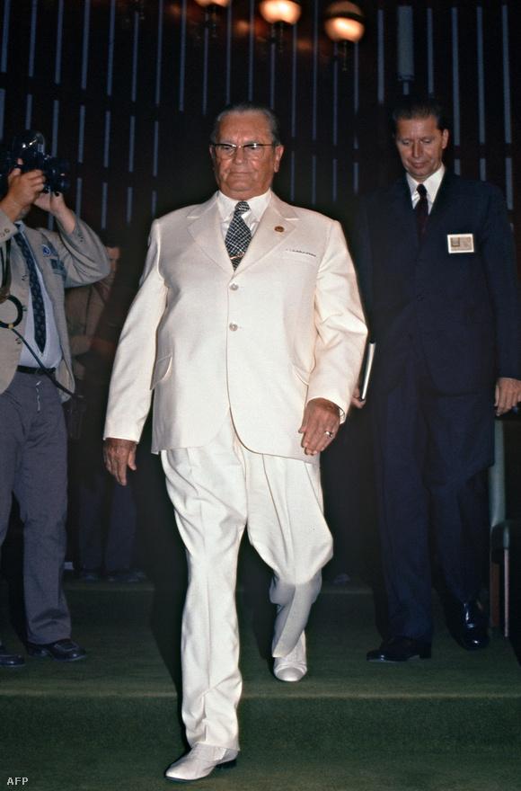 1973. szeptember: Tito az algíri csúcstalálkozón. Sokáig azért lobbizott, hogy megkapja a Nobel-békedíjat. A (divat)diktátor viselkedése narcisztikus volt, és bár az eleganciát kedvelte, semmi ízlése sem volt: jellegzetes egyenruhákat és drága külföldi öltönyöket viselt (néha naponta többször átöltözött), értékes pecsétgyűrűket hordott, és minőségi szivarokat szívott. Sok időt töltött a vidéki luxusvilláiban.