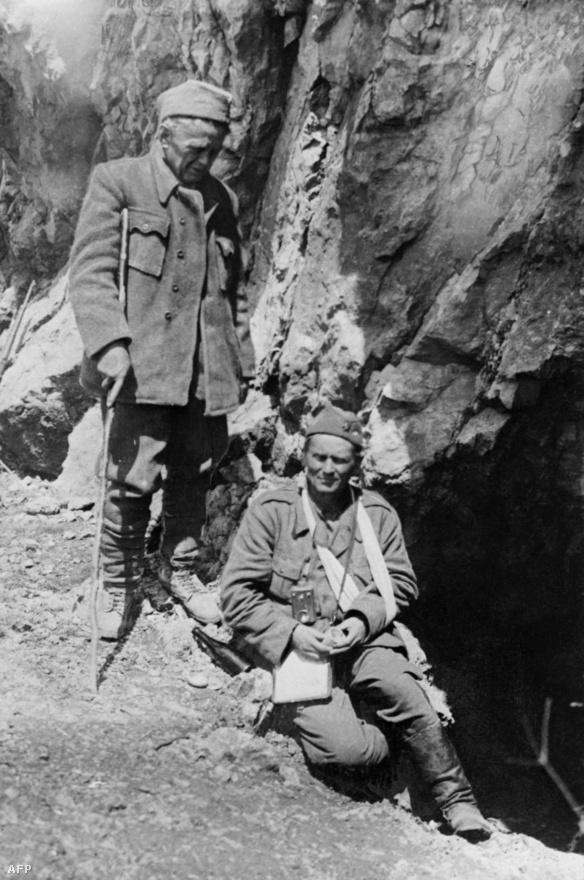 Titónak 14 testvére született, de csak öt élte túl a második világháborút. Jobbra a sebesült Josip Broz Tito látható Ivan Ribarral Délkelet-Boszniában a legfőbb jugoszláv partizán erőknél 1943 nyarán.