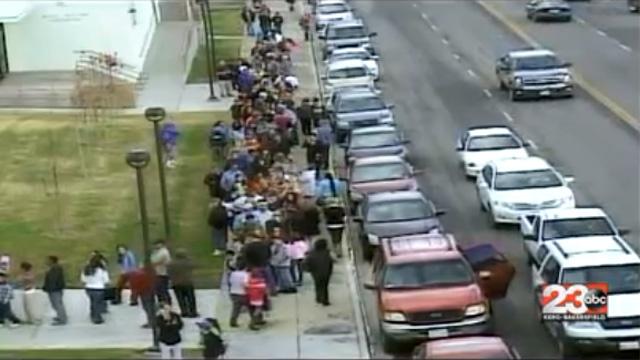 Szülők sorakoznak gyerekeikért a tafti középiskola előtt (Forrás: 23ABC News)